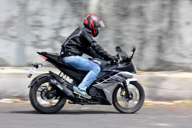 Yamaha Yzf R15 V2 0 Reviews First Rides Road Tests
